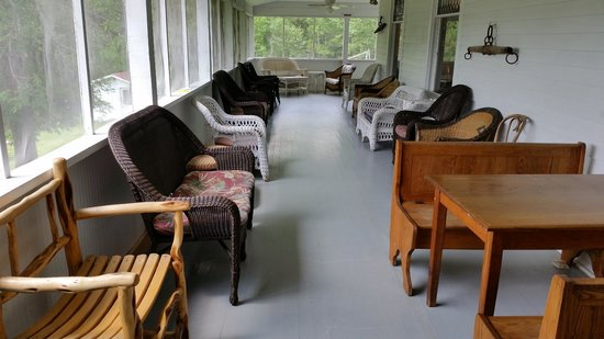 Kettle Falls Hotel: Enjoy a quiet afternoon reading books