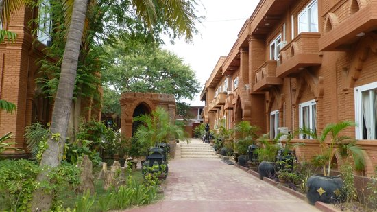 The Floral Breeze Hotel Bagan : Hotel gardens