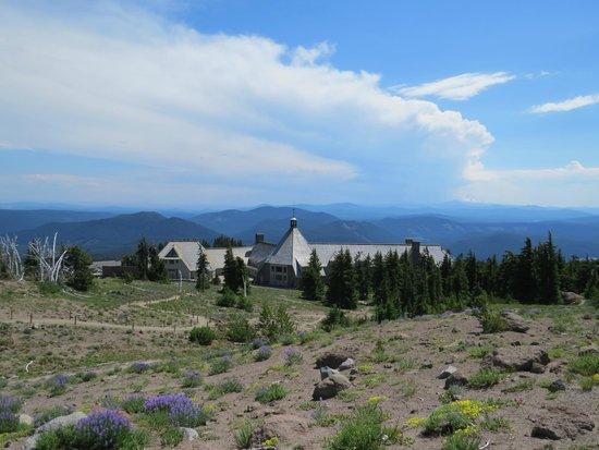 Timberline Lodge Ski Area: Coming back down the trail toward the lodge