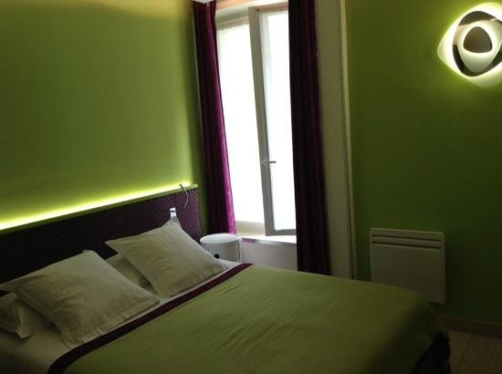 Moderne St-Germain Hotel : comfy bed and big window