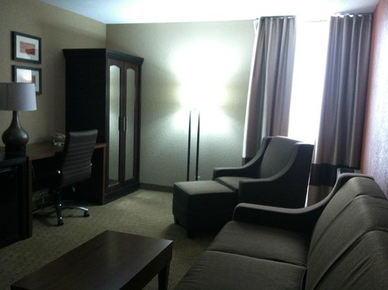 Comfort Inn & Suites Evansville: Living area w/ microwave & fridge
