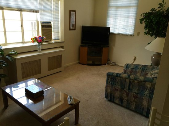 Friendship Suites: Living room