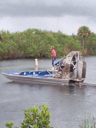 Capt Mitch's - Everglades Private Airboat Tours: le captain Mark range son bateau au debut de l'orage