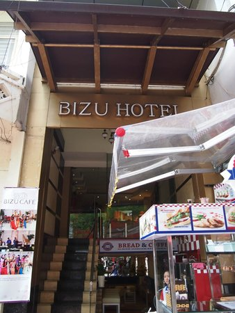 DDA Hotel District 1 (BIZU): Hotel exterior from the main road