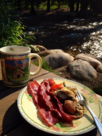 River Stone Resort and Bear Paw Suites: Breakfast on the river