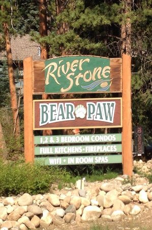 River Stone Resort and Bear Paw Suites: Sign
