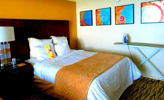 Sanibel Harbour Marriott Resort & Spa : Our bedroom. Bright, sunny and clean.