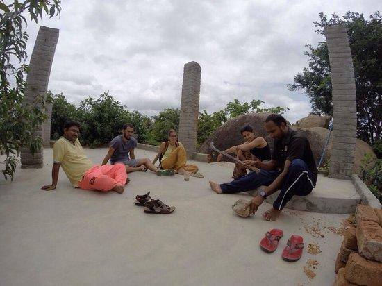 Gopi Guest House: Comiendo coco y caña de azúcar, en las plantaciones de Kiran.