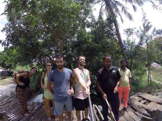 Gopi Guest House: Pescando, con Kiran y Vijay