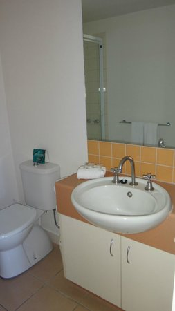 Metro Advance Apartments and Hotel : Bathroom