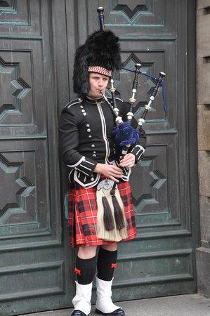 Edinburgh Old Town: Traditional dressed scottish, Old town, Edinburgh