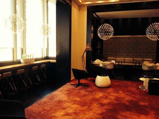 Sixtytwo Hotel: Lobby muy acogedor y con vistas al paseo de gracia