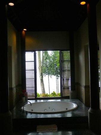 Puri Candikuning Retreat: Dimly lit but palatial bathroom