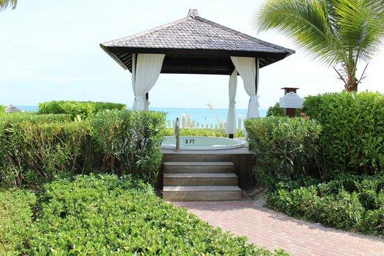 Seven Stars Resort & Spa: hot tub on the beach