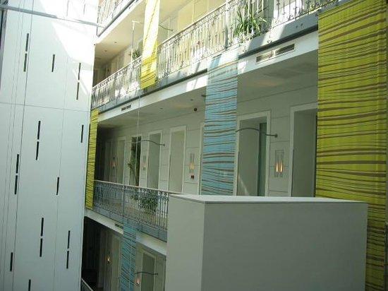 Atrium Fashion Hotel : Couloir d'accès aux chambres dans le patio