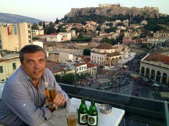 A for Athens: Bar, mirando la Acropolis...