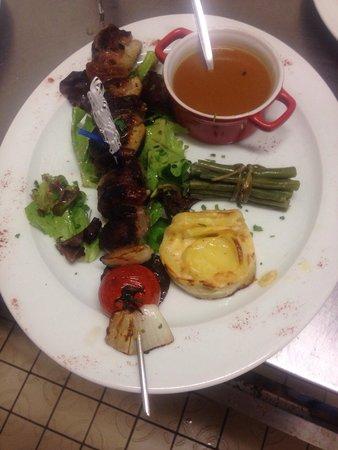 Le Grand Hotel : Suggestion du chef : brochette de canard aux figues , sauce aux pêches