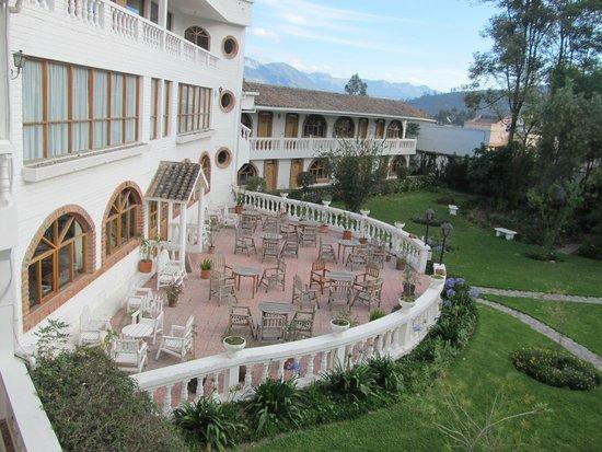 La Posada del Quinde: Raer patio and gardens of Posada del Quinde