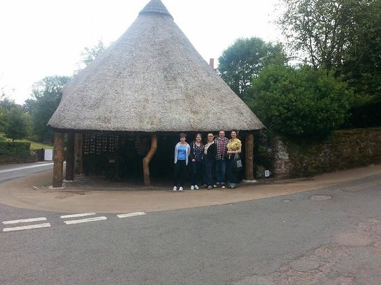Cockington Country Park: Thatched old forge shop