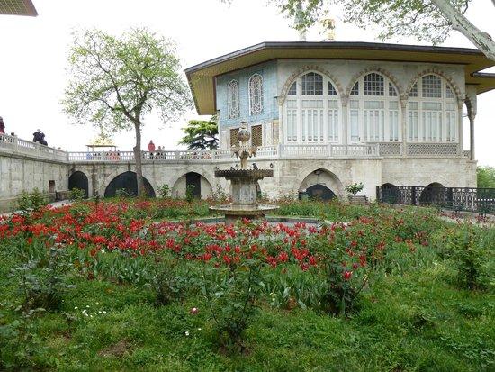 Topkapi Palace: павильон в саду
