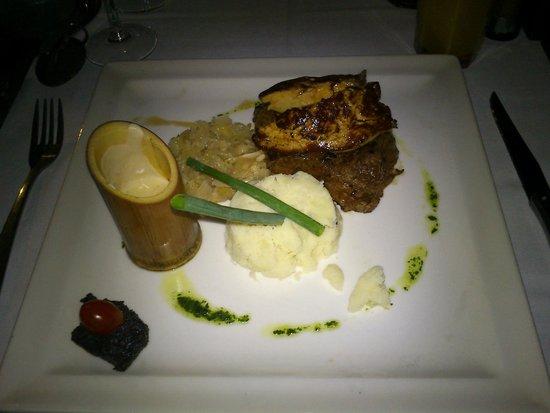 Iloha Seaview Hotel: Second restaurant, plat metro