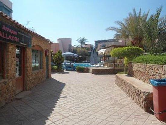 Zahabia Hotel and Beach Resort: по дороге