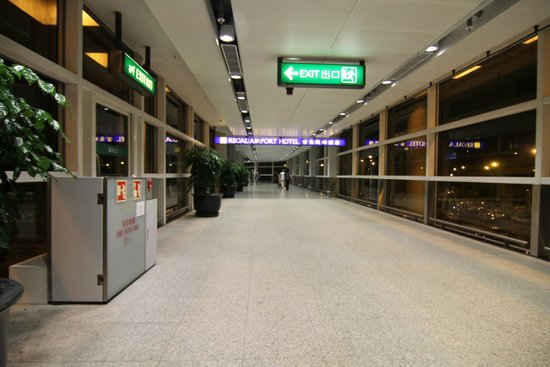 Regal Airport Hotel: Галерея, соединяющая отель с аэропортом