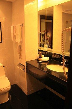 Regal Airport Hotel: Ванная комната