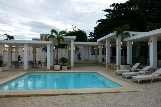 Be Resorts - Mactan: Wading pool in front of the bar.