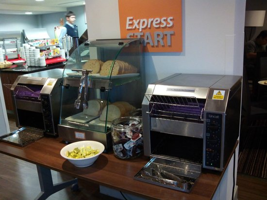 Holiday Inn Express Birmingham - Snow Hill: Desayuno. Tostadas, mermelada, mantequilla y miel