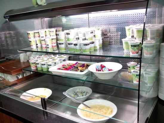 Holiday Inn Express Birmingham - Snow Hill: Desayuno: yogures, quesos y fruta