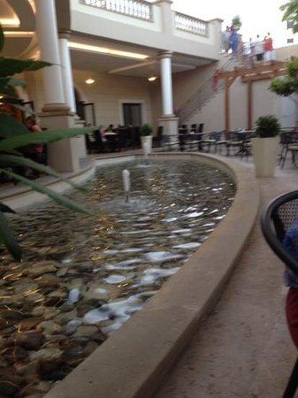 Aliathon Holiday Village: Outdoor section of restaurant