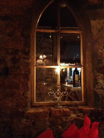 Finnegan's Wine Cellar Restaurant: Internal window