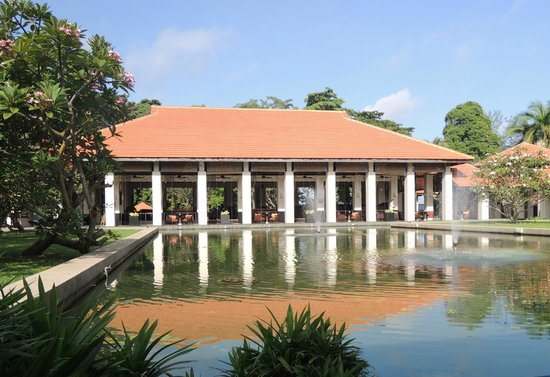 Sofitel Singapore Sentosa Resort & Spa: Le grand bar (vue extérieure)