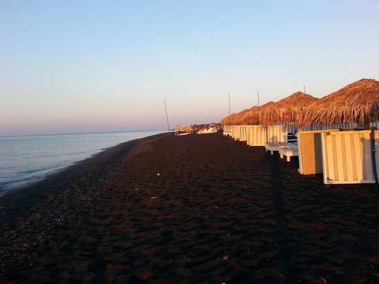 Anemos Beach Lounge Hotel: Black sand beach at sunrise