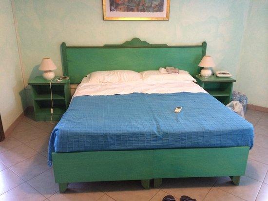 Hotel Smeraldo : Letto matrimoniale della stanza economy