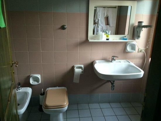 Hotel Smeraldo : Bagno della stanza doppia economy