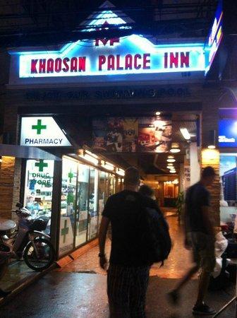 Khaosan Palace Hotel: La entrada al hotel.