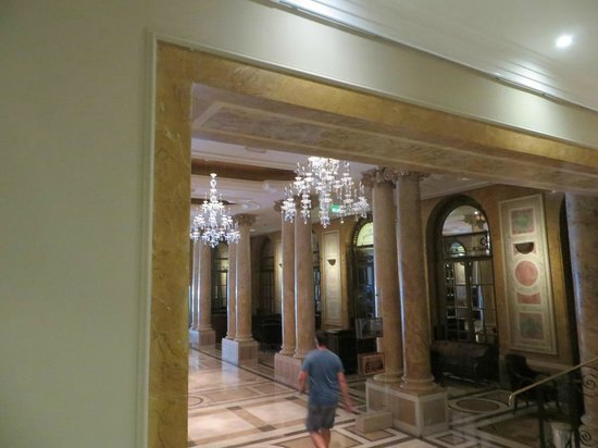 Athenee Palace Hilton Bucharest: Entrance hall