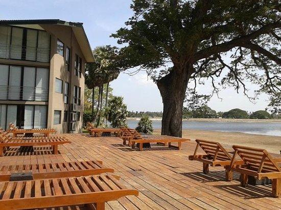 Ekho Safari Hotel: area relax vicino alla piscina di fronte al lago