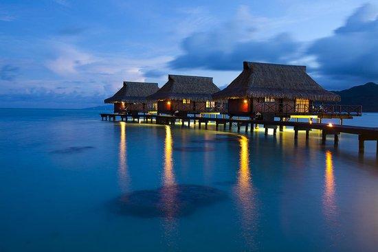 Vahine Island Resort : vue des bungalows sur pilotis de nuit