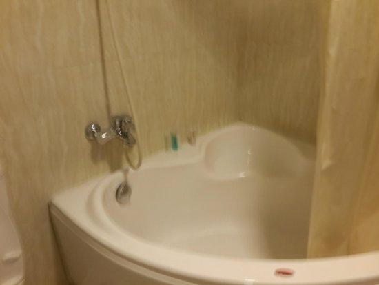 Paradise Boutique Hotel: large bathtub