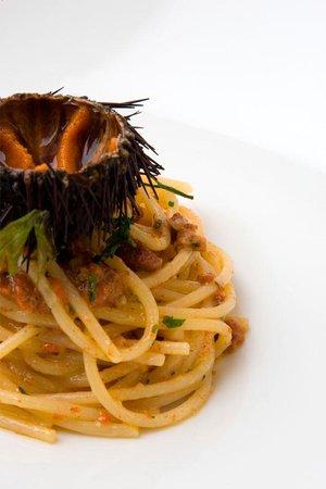 Spaghetti, gambero rosso crudo, bottarga e lime - Picture of ...