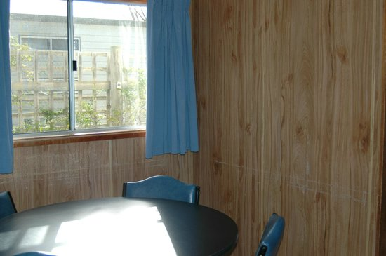 Marion Bay Caravan Park: standard cabin s 9 and 10 dinning
