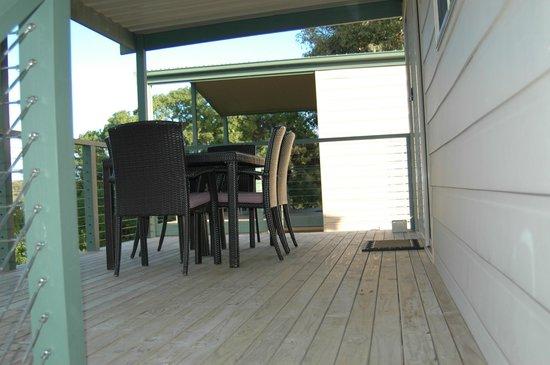 Marion Bay Caravan Park: Executive cabin 17 outdoor deck