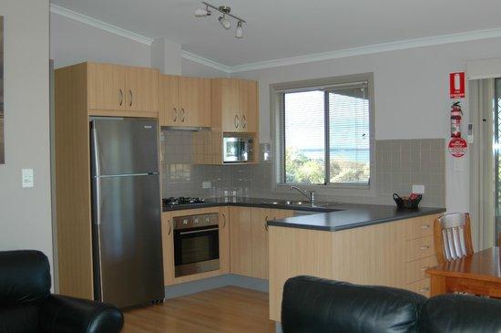 Marion Bay Caravan Park: Executive cabin 17 kitchen, fridge,cooktop/oven, dishwasher, micro wave