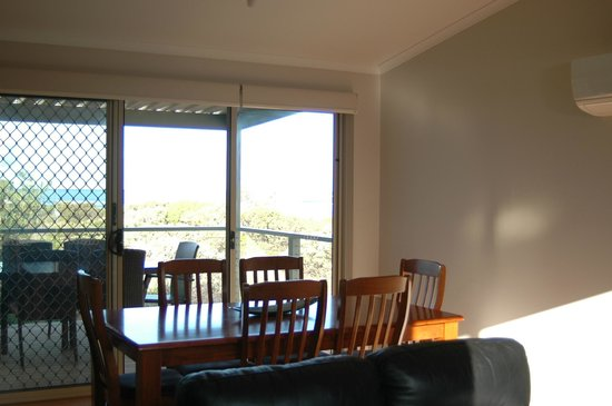 Marion Bay Caravan Park: Executive cabin 17 dinning room with view