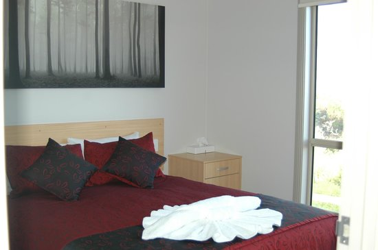 Marion Bay Caravan Park : Executive cabin 17 main bedroom with queen bed and bedding provided
