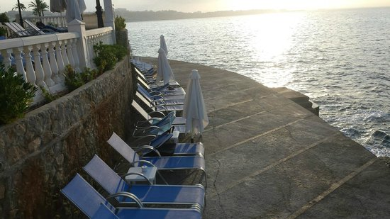 Europe Playa Marina: Plenty of nice sunbeds next to the cliffs.
