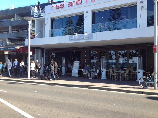 Manly Beach : Lots of places to eat within metres of the beach